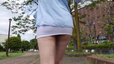 Wonderful japanese MILF in too short miniskirt can't avoid panty flashing !