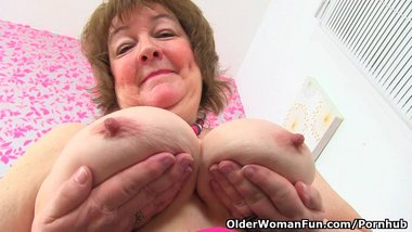 British granny Susan feeds her hungry cunt with dildo