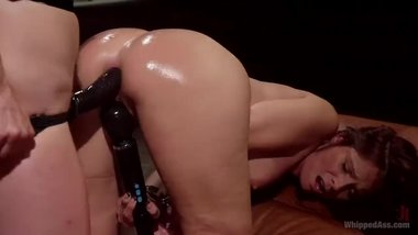Syren De Mer is having a perfect Lesbian Action